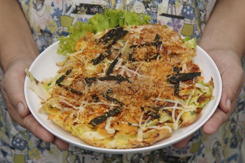Receta japonesa hecha en casa de la crepe de la col de Okonomiyaki fotografía de archivo