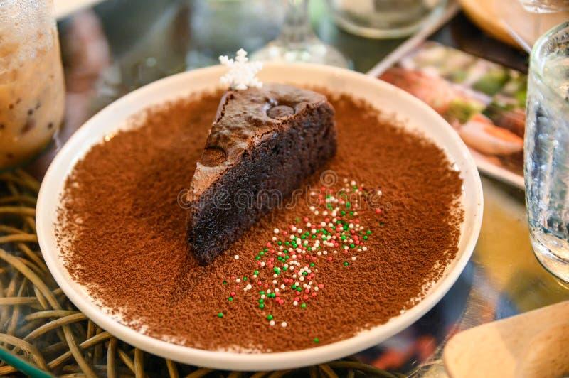 Receta oscura del chocolate del brownie con el polvo de cacao imagen de archivo libre de regalías
