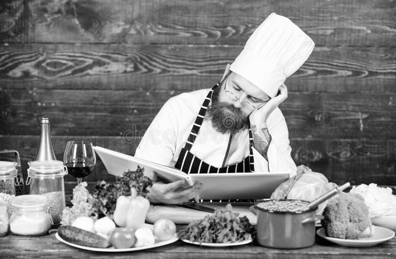 Receta para cocinar la comida sana Cocinero experimentado que cocina el plato excelente Esta receta es apenas perfecta Receta veg fotografía de archivo libre de regalías