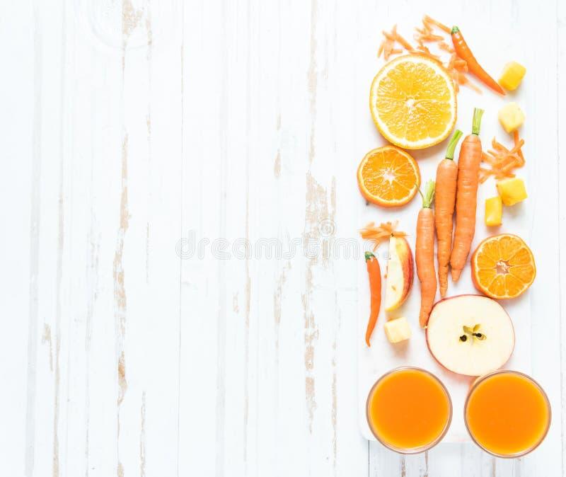Receta para el smoothie de la naranja, de la zanahoria y de la manzana fotografía de archivo libre de regalías