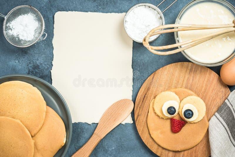 Receta para las crepes con la cara divertida para los niños imagen de archivo