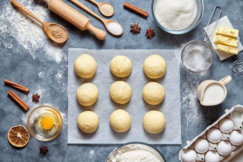 Receta preparada hecha en casa de la pasta de los bollos, endecha del plano de la comida de los ingridients imagen de archivo