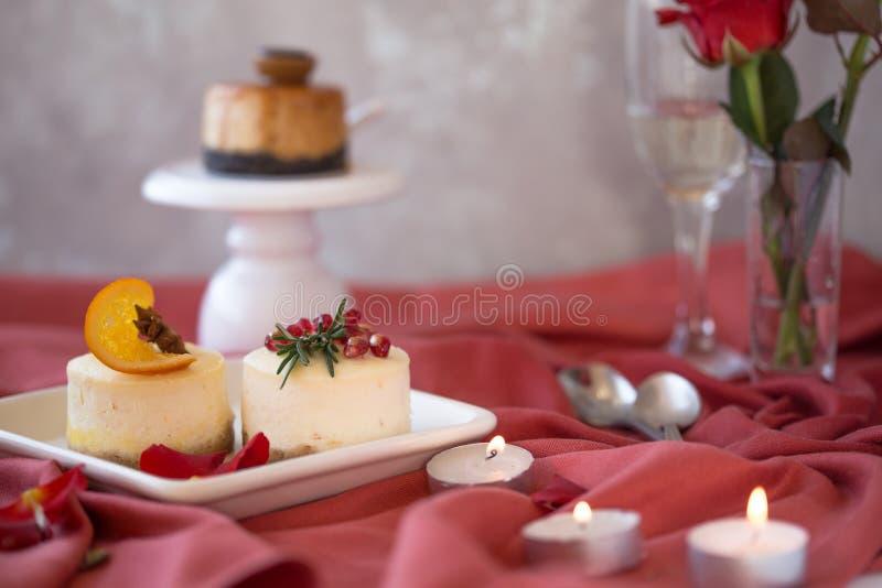 Receta tradicional de la torta del invierno del pastel de queso de la Navidad Rebanada del pastel de queso fotos de archivo