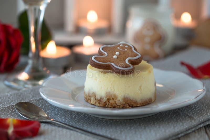 Receta tradicional de la torta del invierno del pastel de queso de la Navidad Rebanada del pastel de queso fotografía de archivo