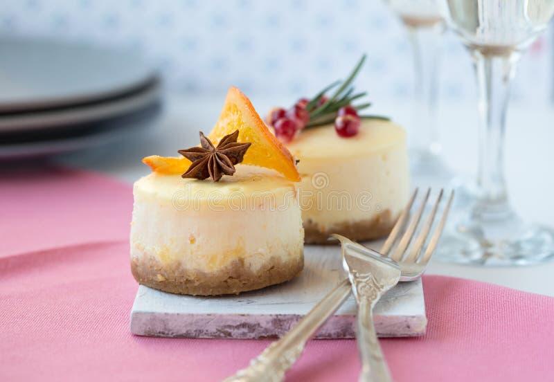 Receta tradicional de la torta del invierno del pastel de queso de la Navidad Rebanada del pastel de queso imagenes de archivo