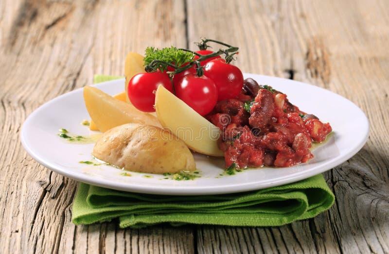 Receta vegetariana de la haba y del tomate imagen de archivo libre de regalías