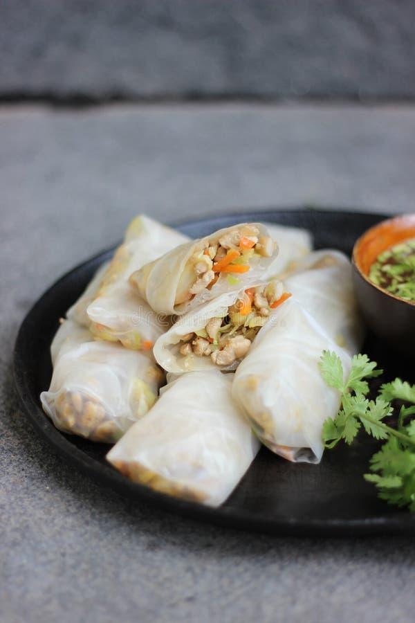 Recette chinoise de petits pains de ressort de poulet avec des herbes de plat noir photo libre de droits