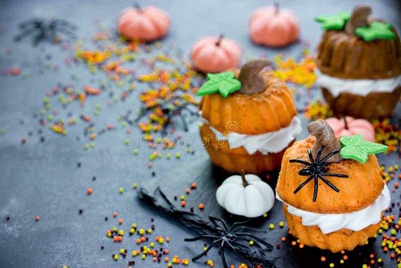 Recette de Halloween pour des enfants - petit gâteau de potiron image stock