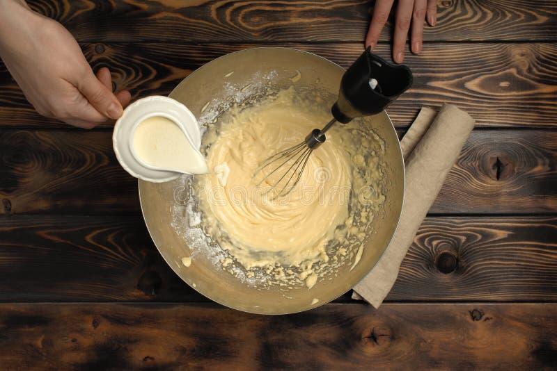 """Recette de la cuisson d'un dessert de tiramisu, quatrième de partie : """"Crème à fouetter """" images stock"""