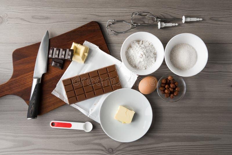 Recette de la pâte pour les biscuits ou le gâteau de chocolat de cuisson, les ingrédients pour le blanc de biscuits, le noir et l images libres de droits