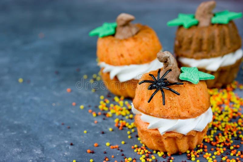 Recette de potiron de Halloween - petits gâteaux oranges sous forme de pum images stock
