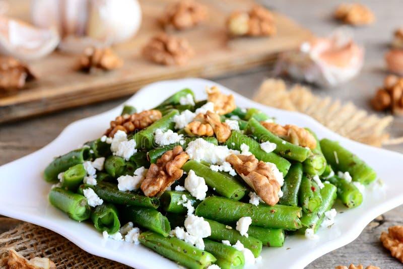 Recette de salade de haricot vert au vinaigre et de pétrole Salade verte délicieuse d'haricots verts avec le fromage blanc, les n image stock