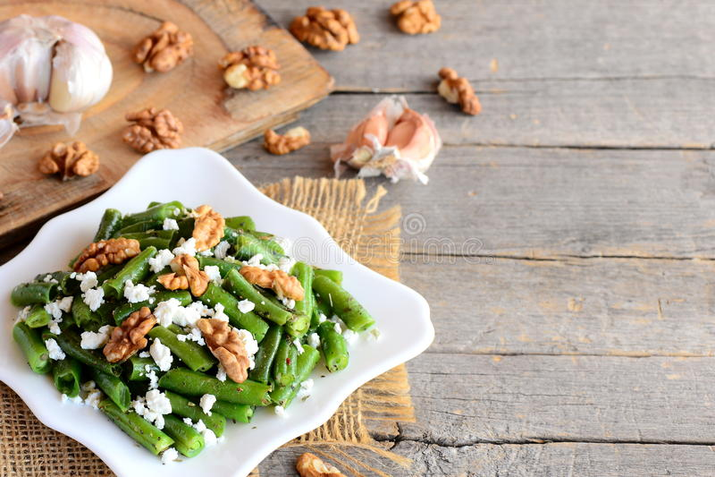 Recette de salade de haricot vert d'été Salade balsamique de haricots verts avec le fromage blanc, les noix épluchées, l'ail et l photos stock