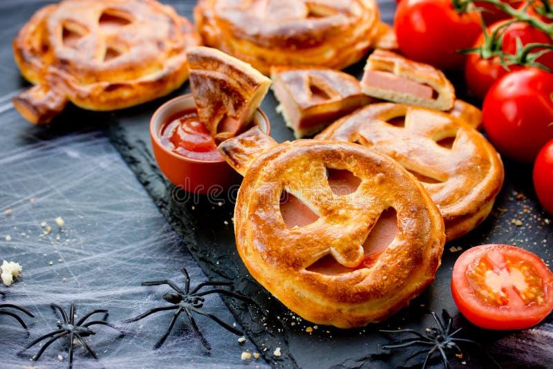 Recette drôle et effrayante de Halloween de pizza de potiron photos stock