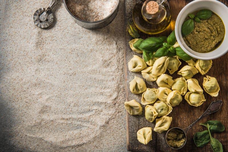 Recette pour le tortellini avec des épinards image libre de droits