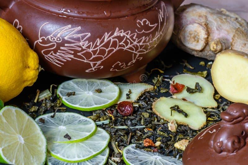 Recette pour une boisson de thé avec la chaux et le gingembre images stock