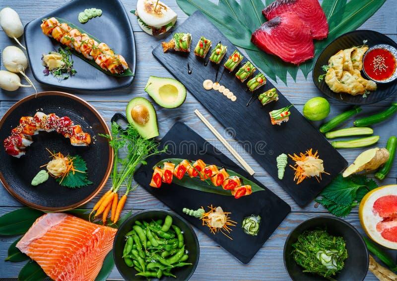 Recettes diverses de sushi du Japon d'Asiatique avec des algues images stock