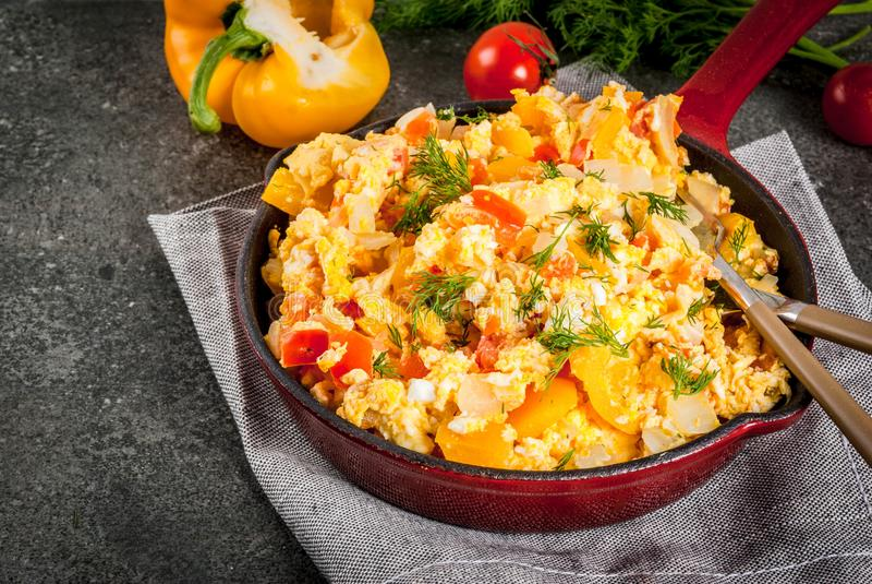 Recettes mexicaines Revoltillo de Huevos, oeufs brouillés de nourriture une La Dominicana images stock