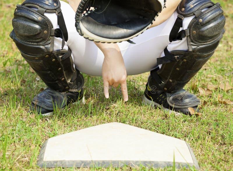 Receveur de base-ball montrant le geste pour le signe secret photos libres de droits