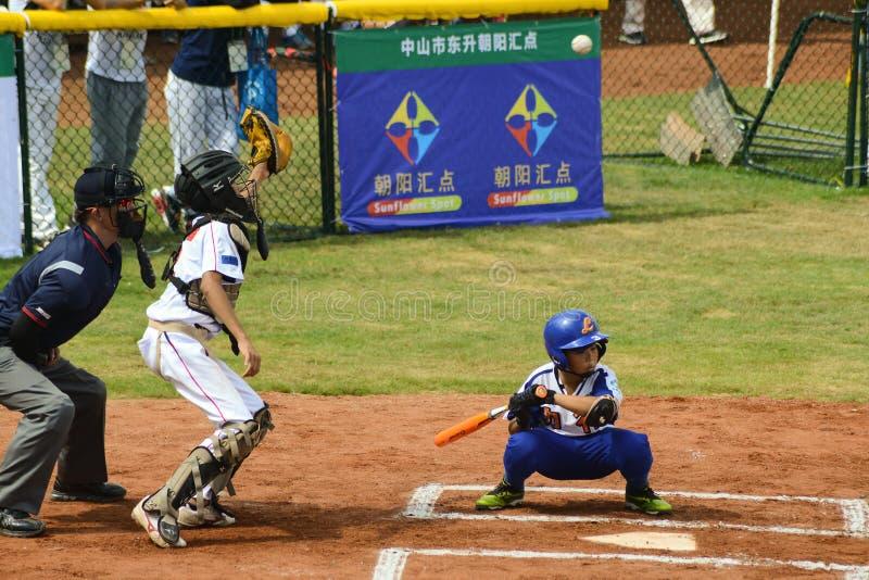 Receveur de Nknown environ pour attraper une boule répugnante dans un jeu de baseball photo stock