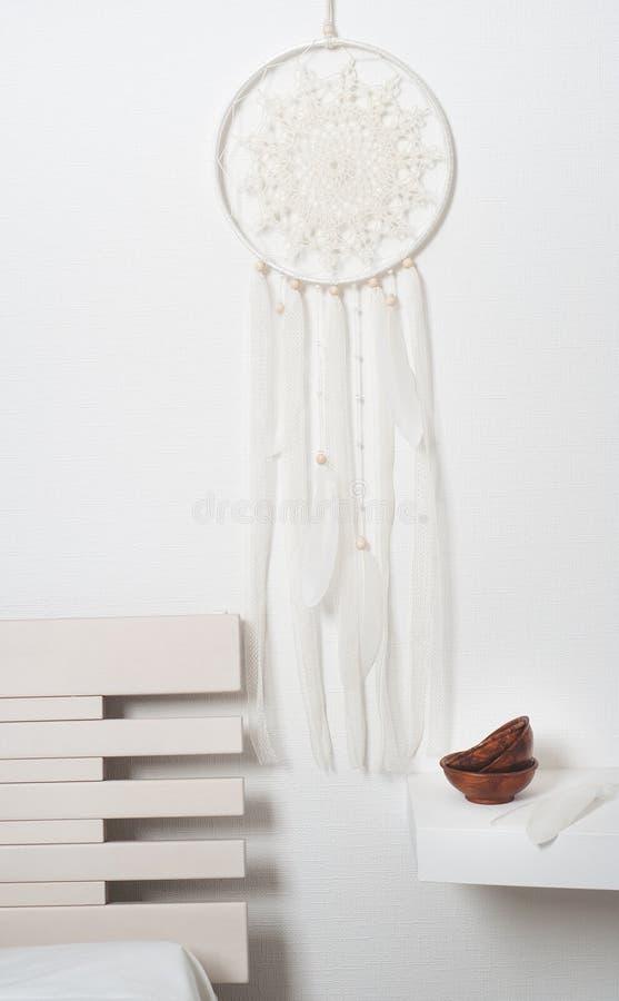 Receveur rêveur avec les plumes blanches image stock