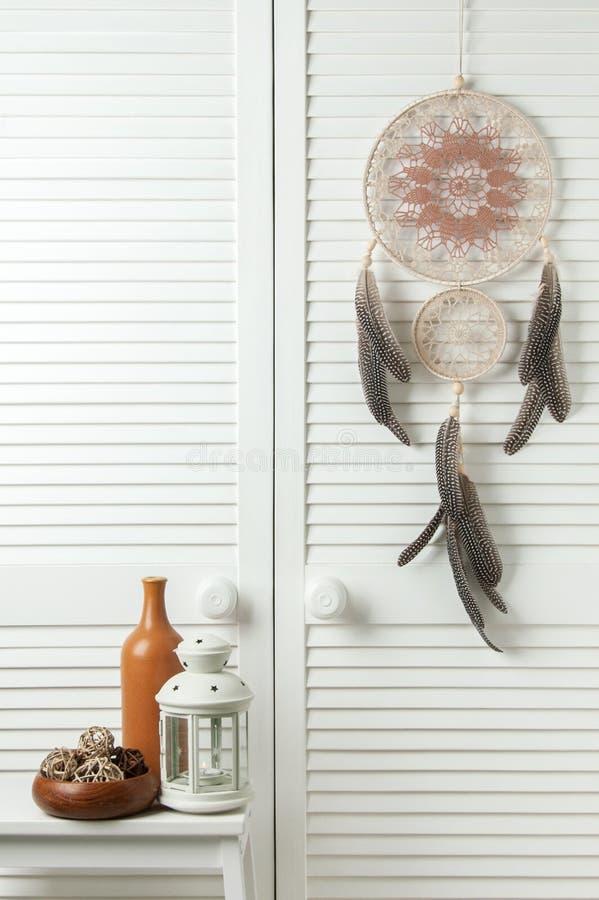 Receveur rêveur brun beige sur la porte blanche photos stock