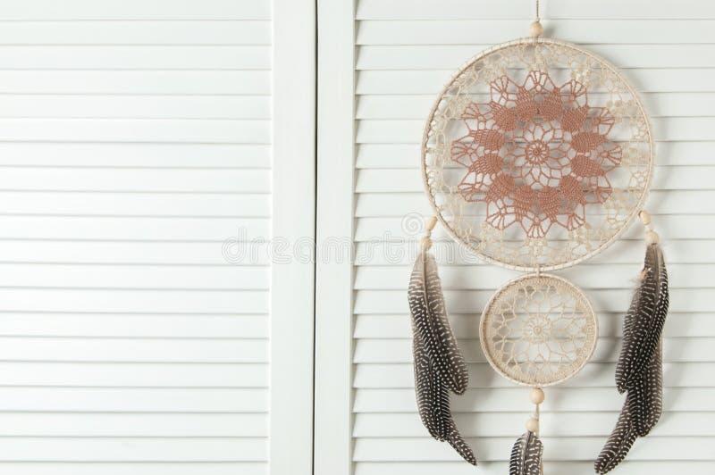 Receveur rêveur brun beige sur la porte blanche photos libres de droits