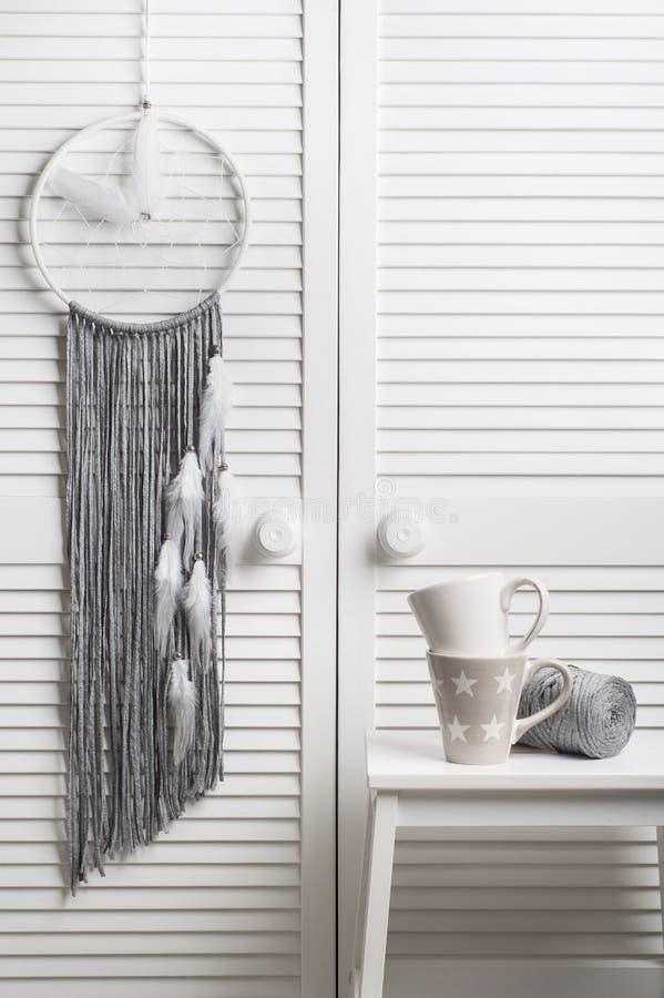 Receveur rêveur gris avec les plumes blanches photo libre de droits