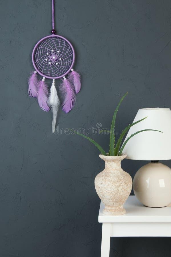 Receveur rêveur lilas sur le gris photo stock
