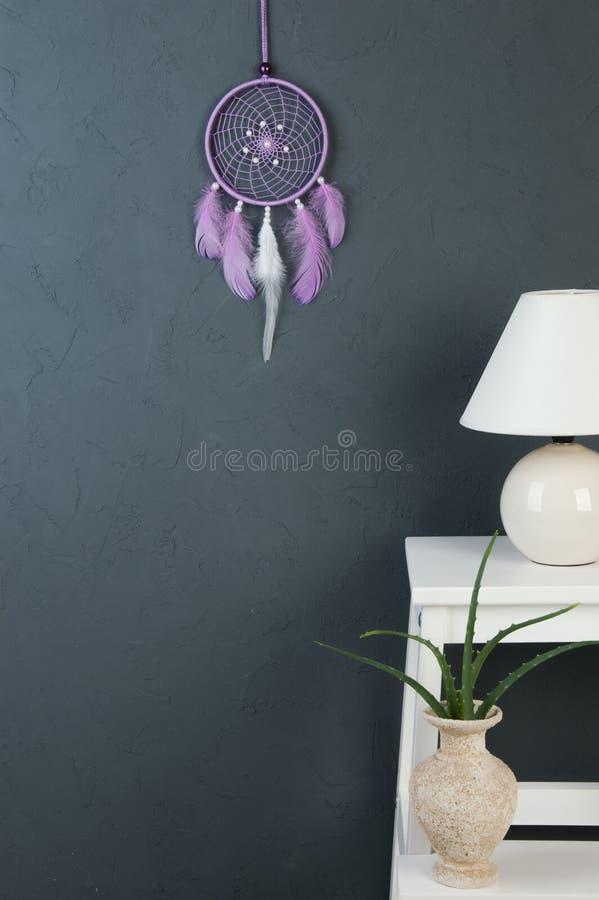 Receveur rêveur lilas sur le gris images libres de droits