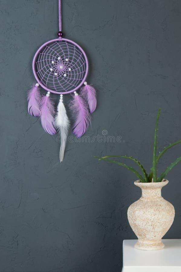 Receveur rêveur lilas sur le gris photographie stock