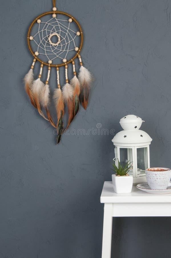 Receveur rêveur olive sur gris-foncé photographie stock