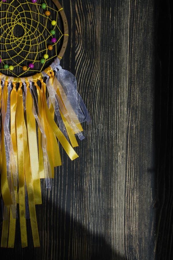 Receveur rêveur sur un fond en bois foncé image stock