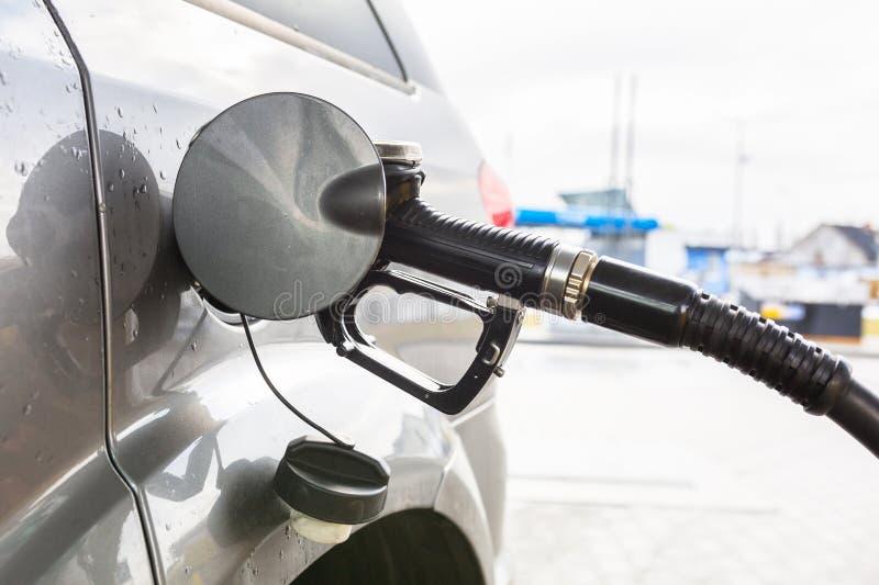 Recharge diesel de voiture photo stock