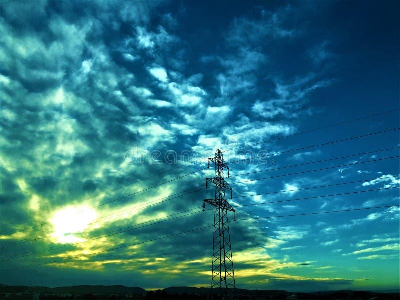 Rechargez votre énergie ! Sun, nature et électricité images libres de droits
