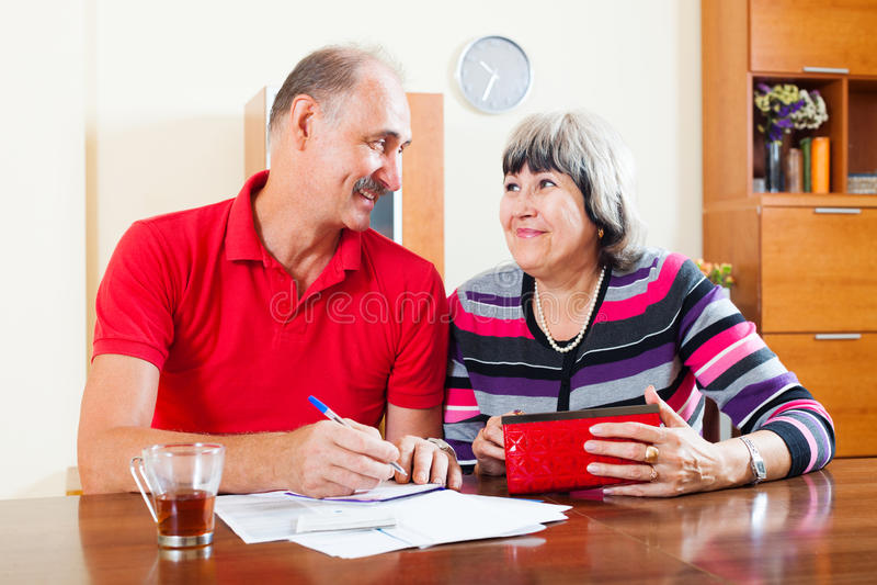 Rechenbudget der glücklichen älteren Paare stockbild