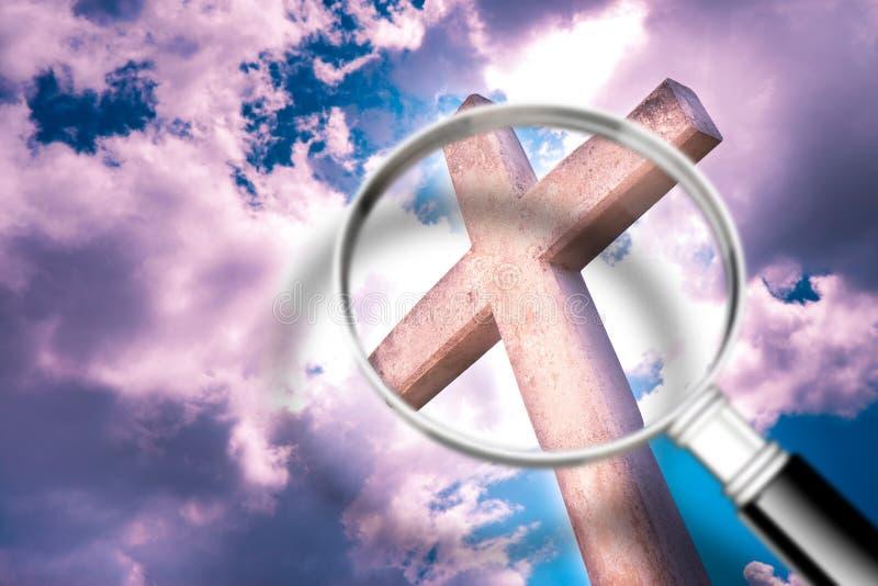 Recherchant la foi - image de concept avec une loupe devant une croix chrétienne images stock