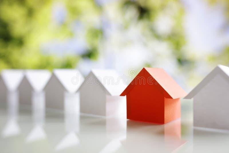 Recherchant la propriété d'immobiliers, la maison ou la nouvelle maison photo libre de droits