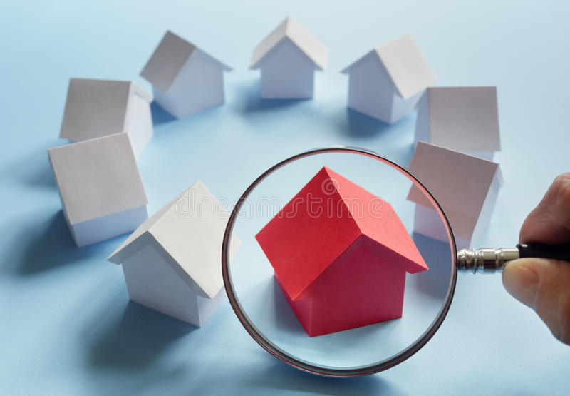 Recherchant les immobiliers, la maison ou la nouvelle maison photographie stock libre de droits