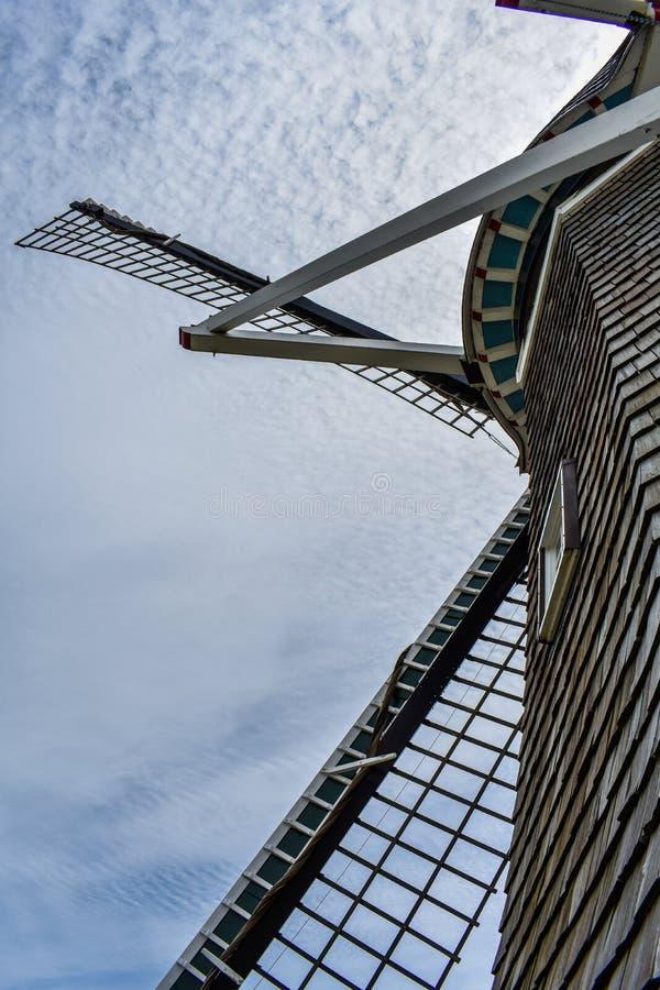 Recherche au ciel par un moulin à vent néerlandais image stock