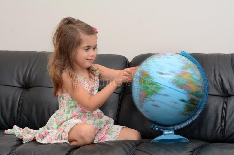 Recherche d'enfant et examen du globe images libres de droits