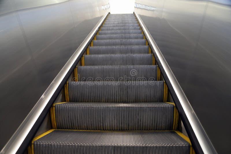 Recherche d'un escalator à la lumière blanche image stock