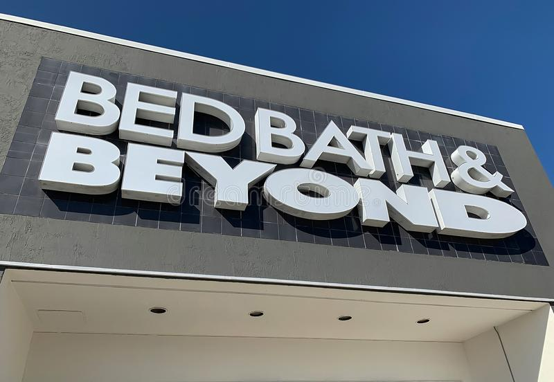Recherche d'un panneau de magasin Bed Bath & Beyond photo stock