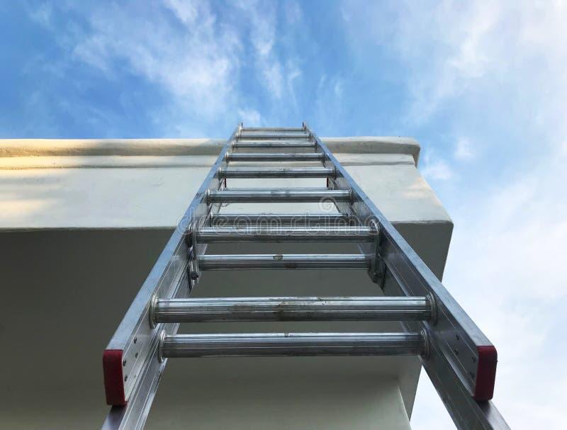 Recherche d'une échelle au ciel photo libre de droits