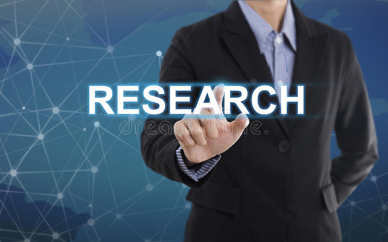 Recherche de bouton de pressing de main d'homme d'affaires images stock