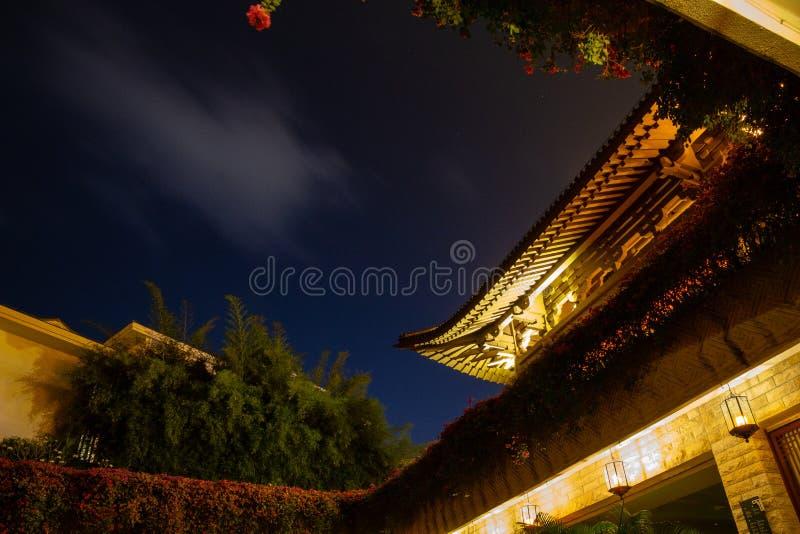 Recherche de la cour chinoise au ciel nocturne ?le de Hainan, Chine image stock