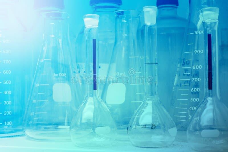 Recherche de laboratoire - verrerie ou bechers scientifiques pour chimique photo stock