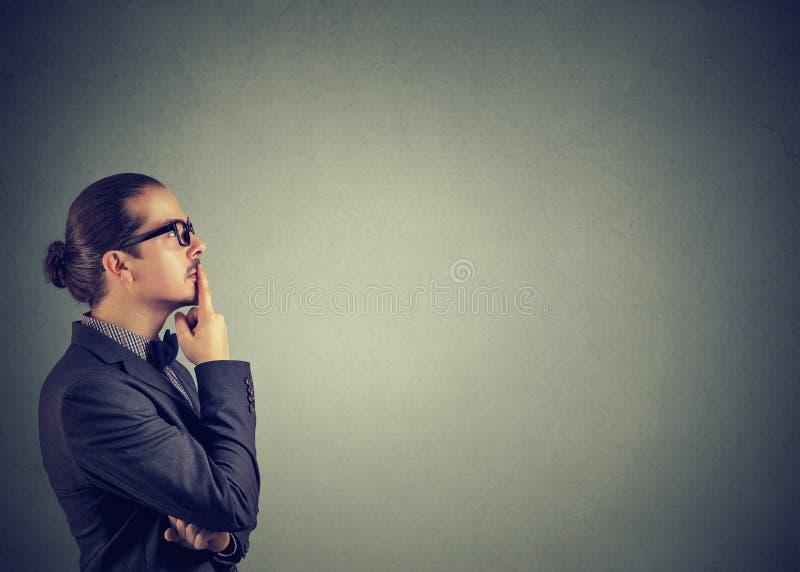 Recherche de pensée de jeune homme songeur photos stock