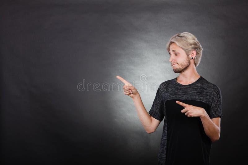 Recherche de pensée de jeune homme une solution photo stock