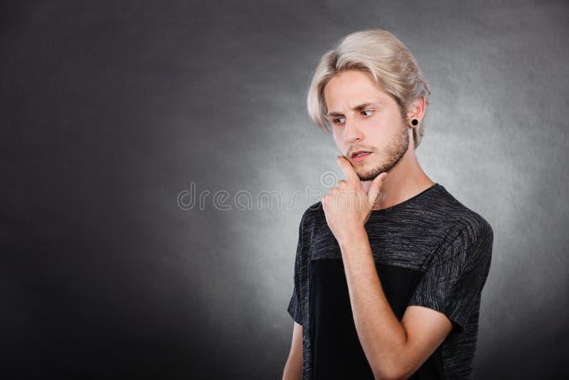 Recherche de pensée de jeune homme une solution photos stock